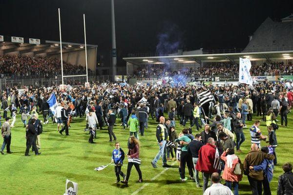 Le public envahit la pelouse du stade de la Rabine de Vannes après la victoire en demi-finale retour face à Massy