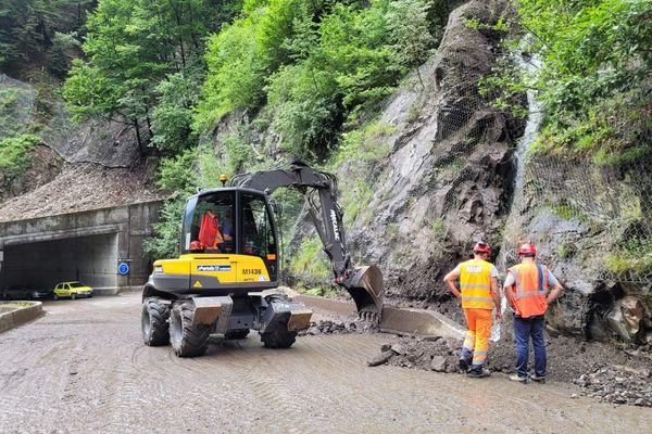 Les équipes du département de la Savoie déblaient la route et inspectent les parois