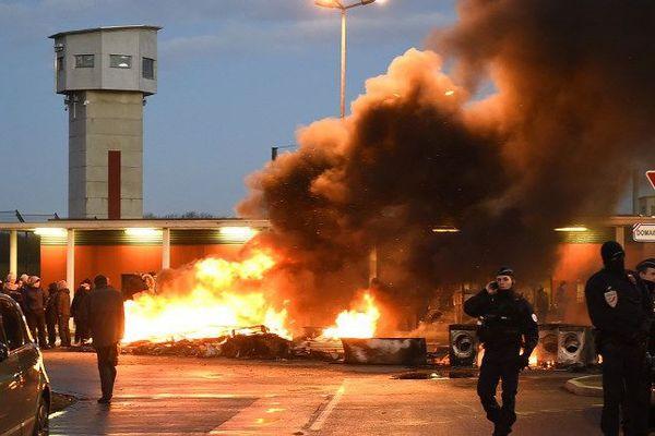 Pneus et palettes brûlent devant les prisons du Nord-Pas-de-Calais depuis six jours, ici à Vendin-le-Vieil, lors de la visite de la ministre.