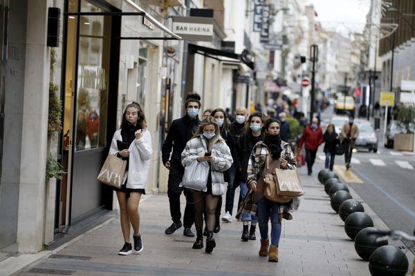 Dans les rues commerçantes de Cannes. Dans cette ville, le masque n'est pas obligatoire partout.