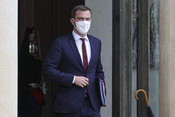 Olivier Véran ministre de la santé présente sa nouvelle carte avec des nouvelles nuances de rouge
