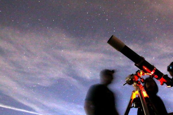 Des astronomes amateurs invitent le public à observer le ciel et les étoiles depuis des téléscopes  - Photo d'illustration