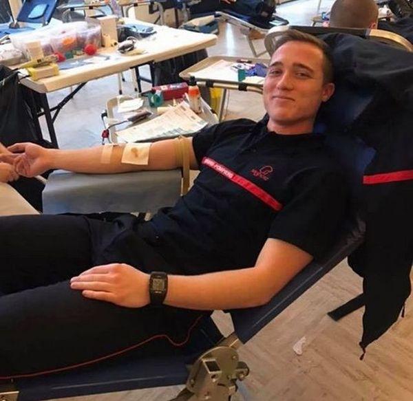 Le pompier volontaire et professeur de sport Kévin Desmidt, 27 ans, lors d'un don du sang.