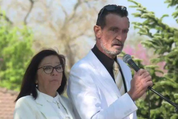 Jacqueline et Bernard Faye lors de la cérémonie organisée, le 3 avril 21,  en l'hommage de leur fille Alicia, tuée en Guyane le 13 mars 2021.