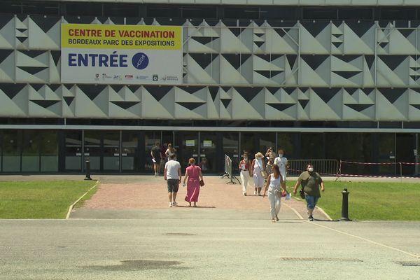 La vaccination doit-elle devenir obligatoire ? Au méga centre de vaccination de Bordeaux-Lac, certains ont pris les devants pour éviter une éventuelle affluence.