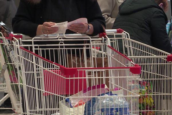 """Près de Rouen, un supermarché est équipé d'un """"caisson"""" pour désinfecter les chariots mis à disposition des clients"""