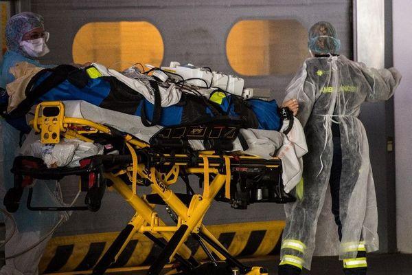 Un patient gravement atteint du Covid-19 à son arrivée dans un hôpital parisien