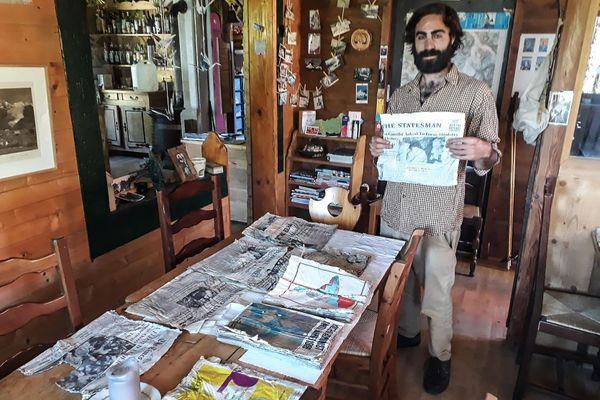 Thimotée Mottin, gérant d'un café-restaurant près du glacier des Bossons, a trouvé des journaux, vestiges du crash d'Air India en 1966.