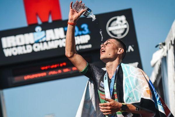 L' athlète norvégien Gustav Iden, sur la ligne d'arrivée de Half-Iran-Man à Nice ce dimanche.