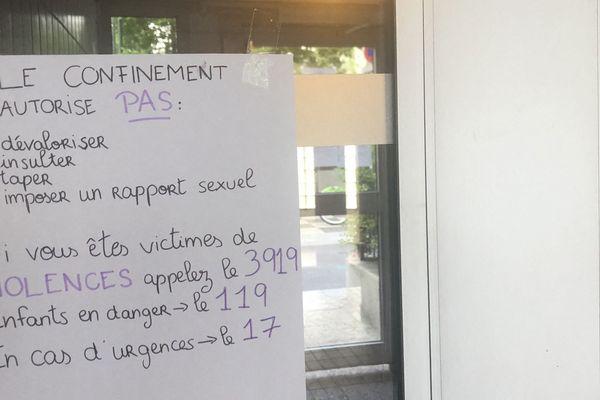 Une affiche contre les violences intrafamiliales placardée dans un immeuble à  Paris, pendant le confinement, en avril 2020.