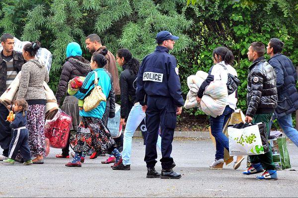L'évacuation du camp rom de la plaine Winston-Churchill, mercredi, à Lille.