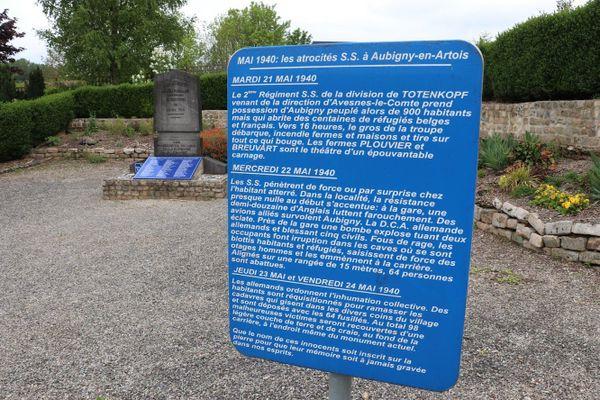 Le monument commémoratif du massacre du 22 mai 1940 à Aubigny-en-Artois.