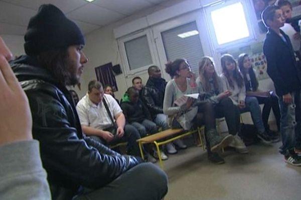 Orelsan est venu rencontrer et écouter les jeunes participants à l'atelier d'écriture organisé à Fleury-sur-Orne