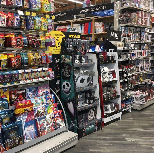 Rayon des livres et des jeux vidéos interdits d'accès dans un hypermarché de Mont-Saint-Aignan (Seine-Maritime) le 2 novembre 2020