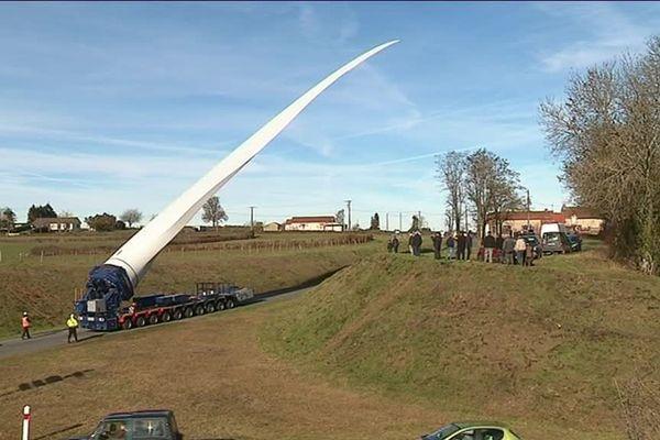 Une première pale, dont la taille est impressionnante, est arrivée mercredi dans le village de Saône-et-Loire.
