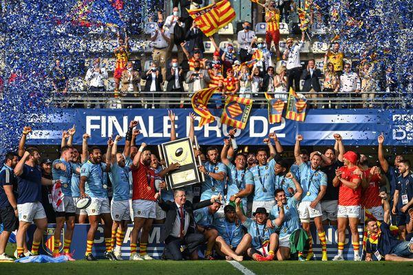 Les joueurs et staff de l'USAP célèbrent leur trophée de champion de Pro D2, le 5 juin 2021 à Montpellier.