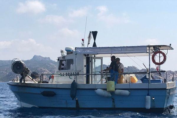 Un bateau de pêcheurs dans la réserve naturelle des bouches de Bonifacio.