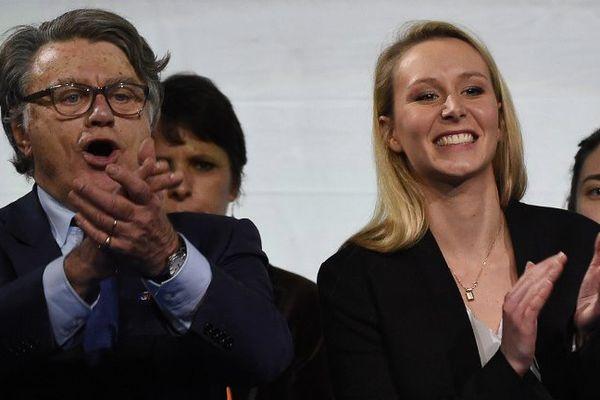 Marion Maréchal-Le Pen et Gilbert Collard à la tribune du meeting de Marseille.