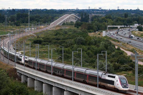 Le TGV arrivant sur Bordeaux, sur la nouvelle ligne LGV inaugurée le 2 juillet 2017. Son prolongement vers Toulouse-Dax et Bayonne, sujet à polémique.