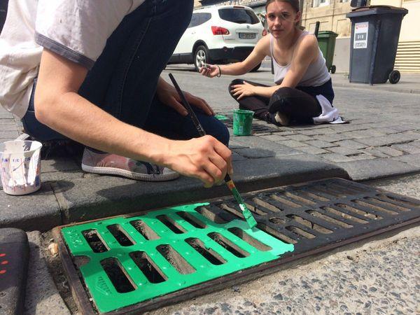Lyse et Sonia ont réalisé le travail préparatoire de l'artiste sur la place du marché des Chartrons.