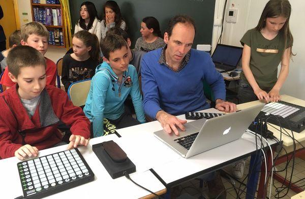 Le musicien Pierre Badaroux et les élèves de CM1-CM2 de l'école de Cognin en pleine création sonore