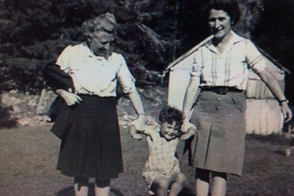 Marinette et Juliette, avec leur fils adoptif Pierre Guy-Vidal