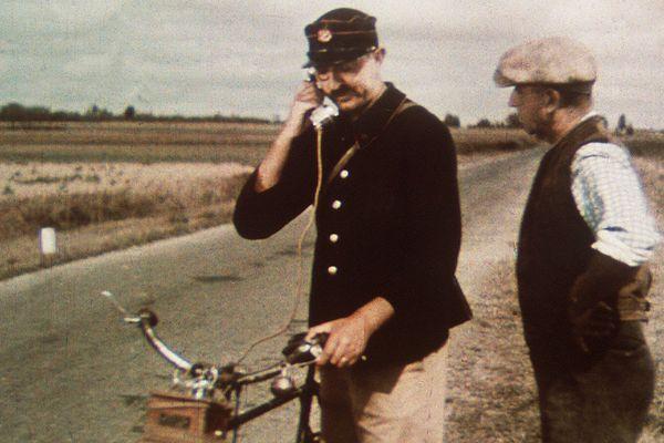 """Photo extraite du film de Jacques Tati """"Jour de fête"""", dont le tournage a commencé au mois de mai 1947 à Sainte-Sévère, dans l'Indre."""