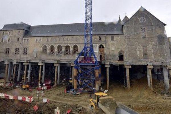 Image insolite et spectaculaire du couvent des Jacobins reposant sur des pieux de plus de 10 m de haut lors de sa transformation en Centre des Congrès. - 30/01/2015