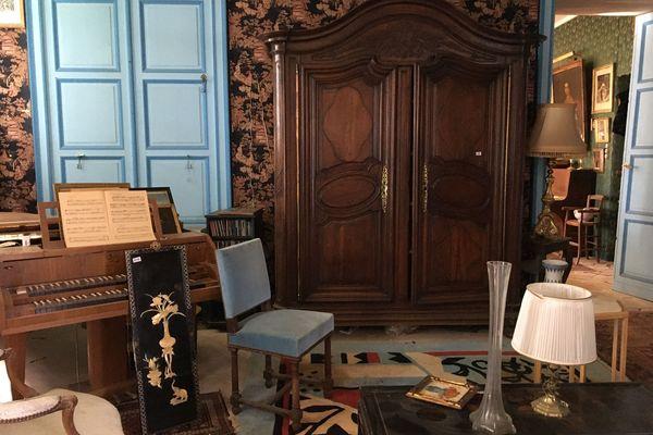 Armoire en acajou, pianos, bibelots : 700 lots sont proposés à la vente au enchères du château de Torp