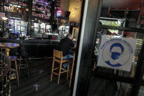 Ce bar à Lyon va-t-il devoir fermer après le passage en alerte maximale à partir du 10 octobre ? Trois députés LREM de la ville appellent les Lyonnais à respecter les nouvelles règles sanitaires.