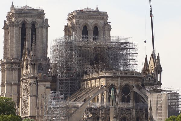 La société Le Bras, qui rénovait la flèche de la cathédrale Notre-Dame de Paris, s'est exprimée face à la presse, ce mercredi 17 avril.