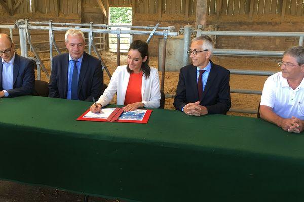 Brune Poirson signe une charte d'engagement sur la filière des pneus pour accélérer le recyclage et la réduction des impacts environnementaux.