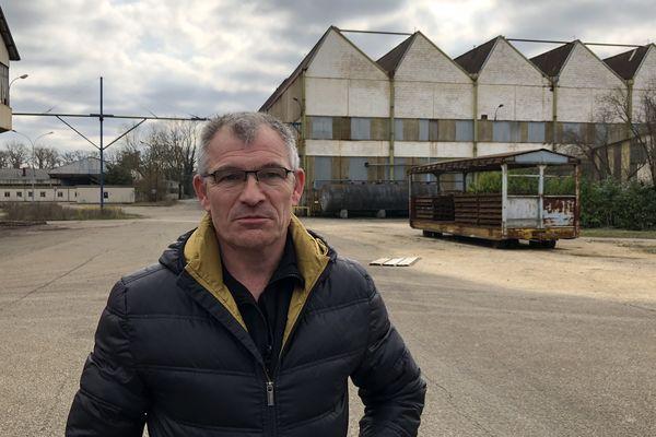 Michel, ouvrier licencié de Fumel, de retour sur le site de l'usine abandonnée.