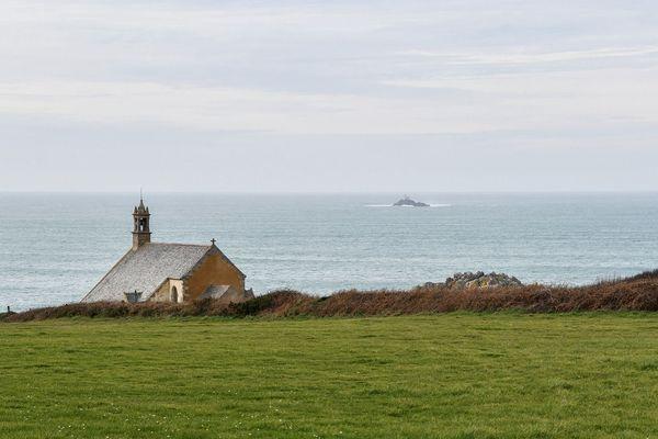 Ciel bleu sur la chapelle Saint-They au Cap Sizun (29)