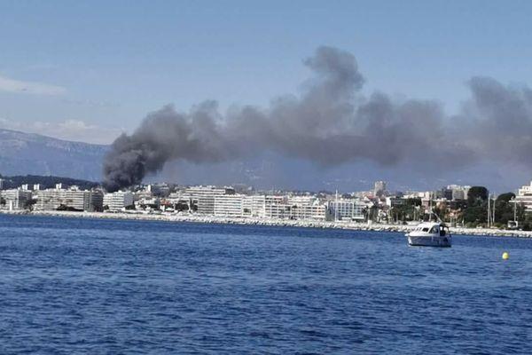 La fumée est visible depuis Antibes.