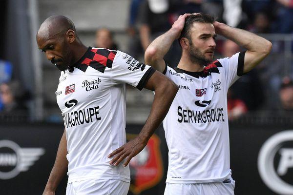 Déception de Jérémy Sorbon et Christophe Kerbrat lors du match opposant Guingamp à Rennes, le 12 mai.