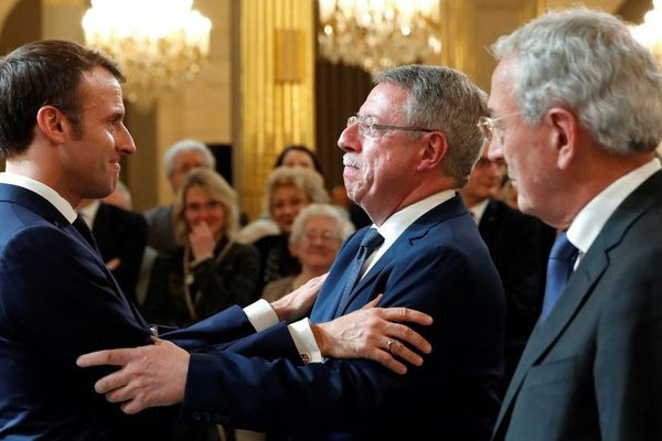 Emmanuel Macron remettant à Dominique Baert l'insigne d'officier de la Légion d'honneur en novembre 2018.