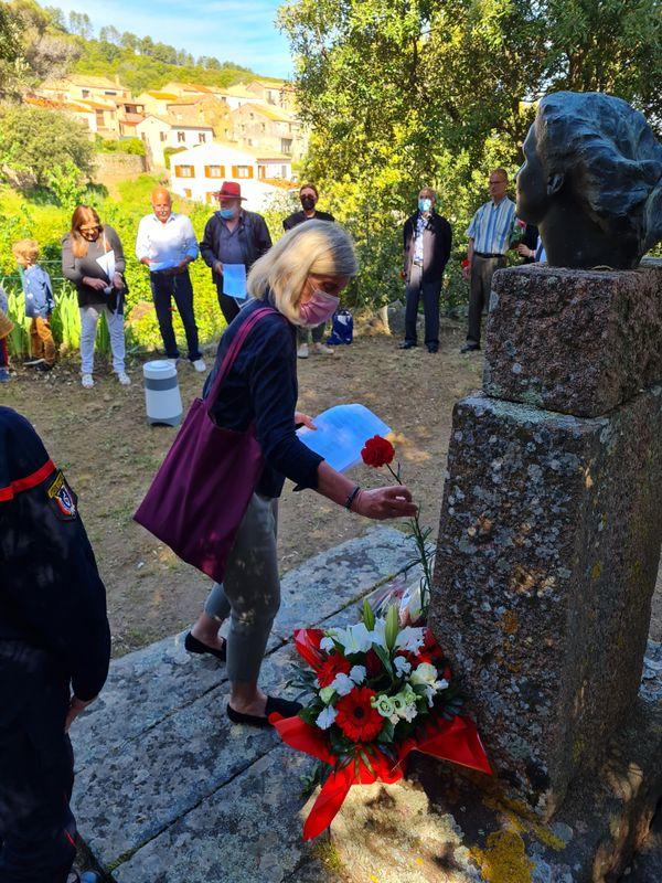 Au pied de la stèle à la mémoire de Danielle Casanova, le bouquet envoyé par l'ami de Christiane Lauthelier.