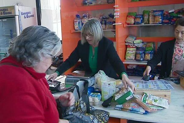 L'épicerie solidaire de l'association Acacia à Elne dans les Pyrénées-Orientales permet aux ayant-droits de bénéficier de produits alimentaires à petits prix - avril 2019