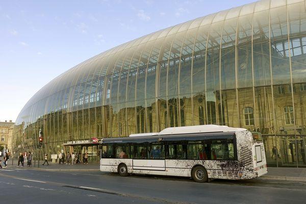 Un bus de la CTS devant la gare de Strasbourg