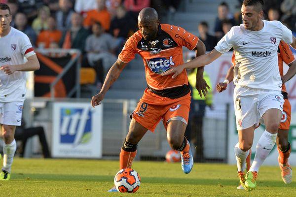 Laval Metz . Championnat de France de football, Ligue 2, 38e journée. Bekamenga et Inez