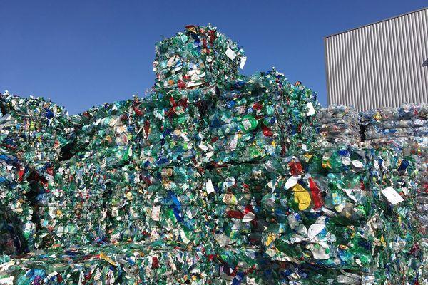 Au centre de tri Echalier, à Clermont-Ferrand, dans le Puy-de-Dôme, le Syndicat pour la valorisation et le traitement des déchets ménagers, Valtom, recycle des bouteilles plastiques et des canettes. En France, le collectivités collectent près de 80 % des bouteilles plastiques mises sur le marché.