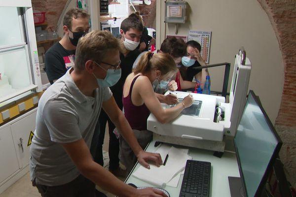 Des étudiants en Master 2 Sciences de la mer analyse un échantillon de plancton grâce à un ZooScan, un appareil mis au point à Villefranche-sur-Mer.