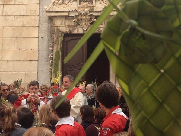 Bénédiction des crucetti sur le parvis de l'archiconfrérie Saint-Joseph.