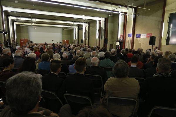 Le 4 mai vers 19 heures, près de 300 personnes se sont réunies salle Vaulabelle. Parmi eux, des élus, militants ou simples citoyens opposés au Front national.