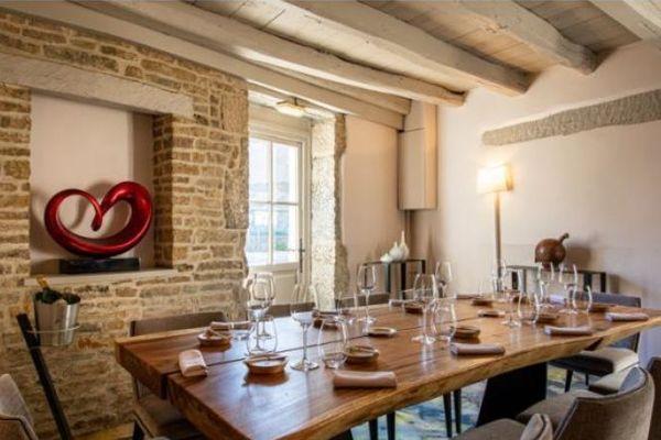 L'Auberge de la Charme, propose des grandes tables dans ses salles privatisées pour retrouver de la convivialité pour mieux se retrouver après le confinement.