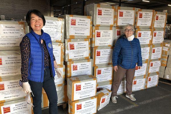 Ludres (54) - Fengyu Mikusek, présidente de l'association des Chinois en Lorraine et Nicole Glin, du Rotary club de Nancy à la réception des 136 000 masques en provenance de Wuhan (Chine)