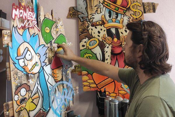 Daru travaille sur l'une de ses prochaines créations.
