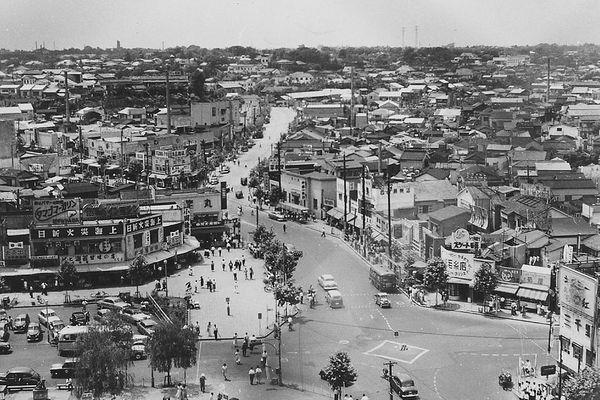 """L'emblématique carrefour de Shibuya, le quartier tokyoïte le plus célèbre et le plus fréquenté, photographié en 1952. Le """"miracle économique japonais"""" allait suivre, et de multiples gratte-ciels pousser comme des champignons, donnant au quartier l'apparence moderne que nous lui connaissons aujourd'hui."""