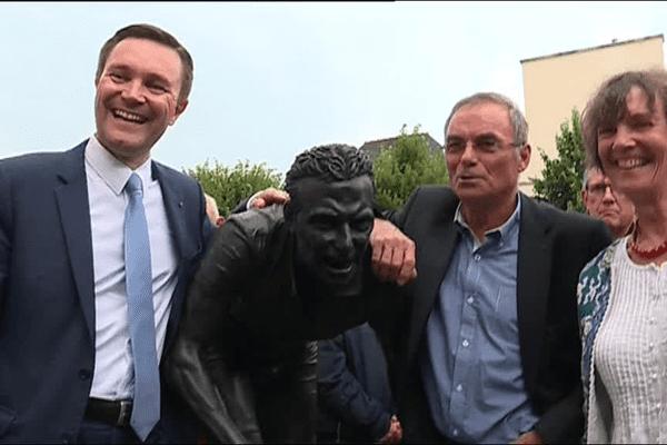 David Lappartient, président de l'UCI, Bernard Hinault, et la sculptrice, Annick Le Roy, devant la statue de Bernard Hinault